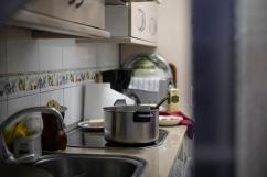 Cocina de una vecina de San Sebastián de los Reyes 21 de agosto, 2020 A través de la ventana, María cuenta que ha estado en casa desde que confinaron a la población en marzo Vive con su madre, que tiene un cuadro clínico de alto riesgo, así que sólo sale lo imprescindible.